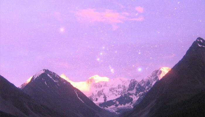 На священной земле - гора Белуха под созвездием Ориона